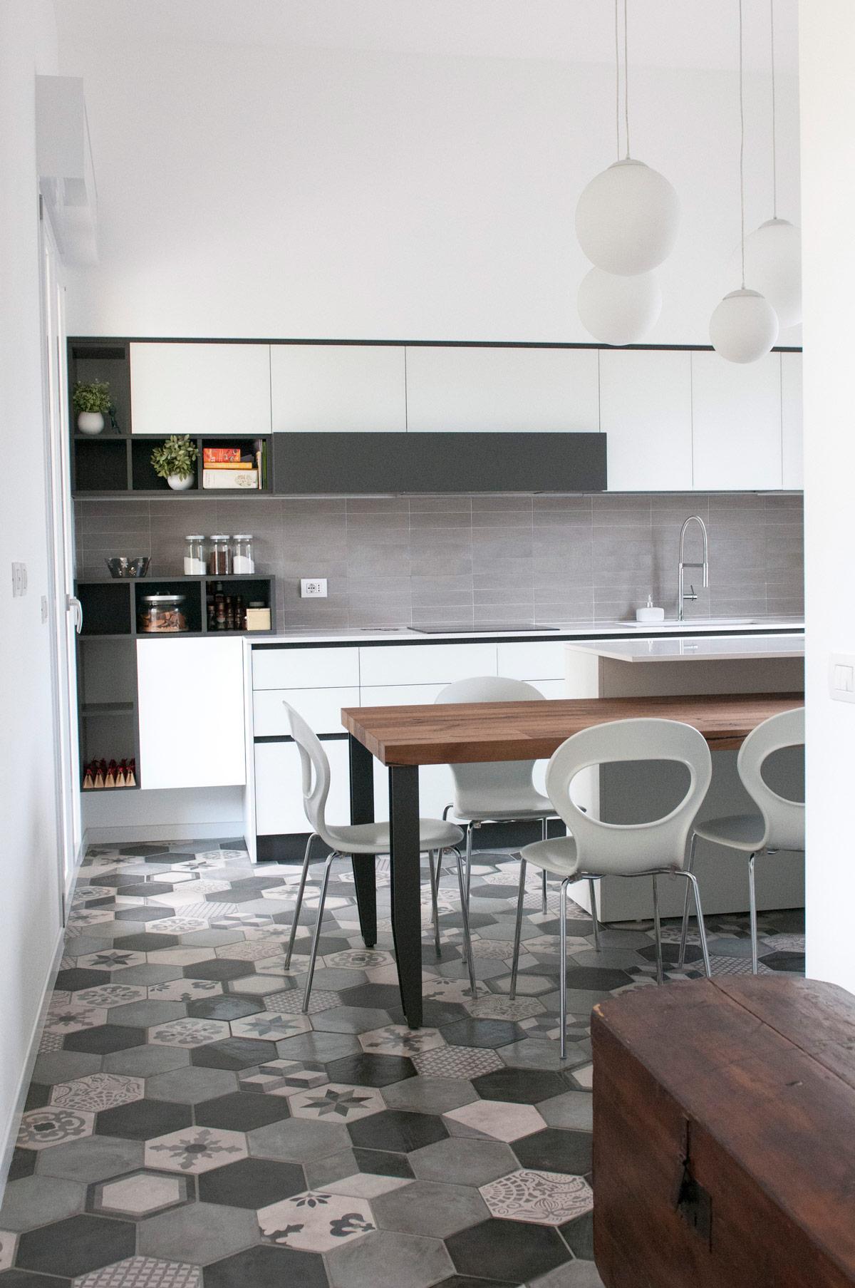 Cucina moderna con pavimento in cementine